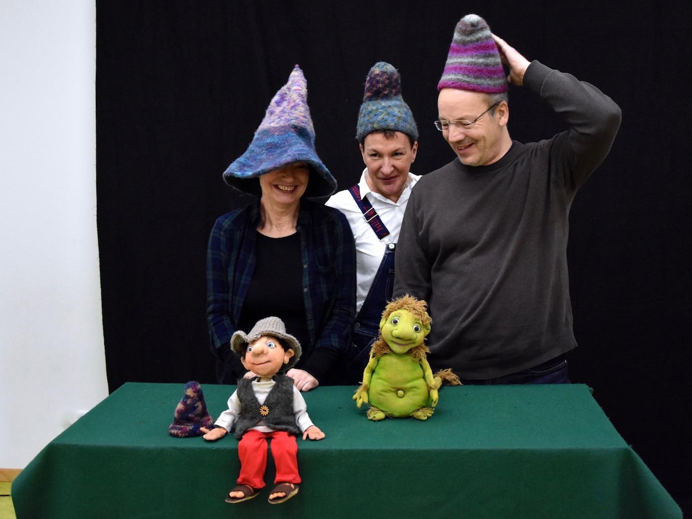 Probieren Hörbe-Hüte aus: Ingrid Schaldach, Martina Joschko, Thomas Ehnis